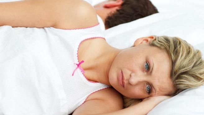 Mujer en la cama sin deseo sexual tras el parto