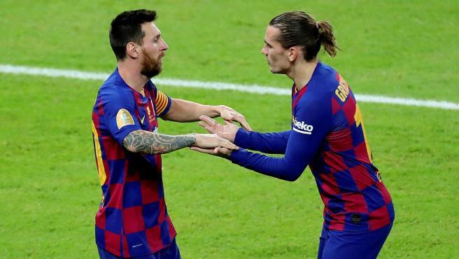 Messi y Griezmann celebran un gol del Barcelona.