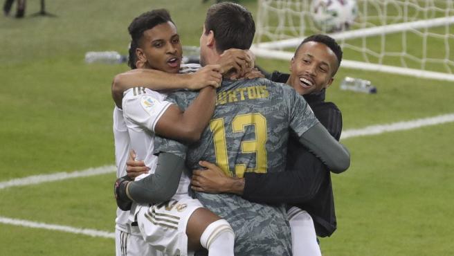 Los jugadores del Madrid festejan con Courtois la conquista de la Supercopa.