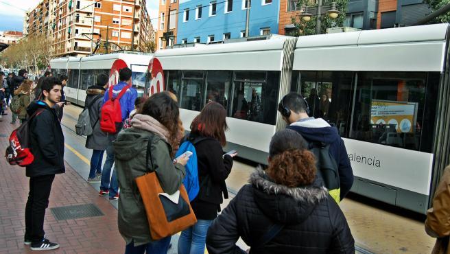 Tranvía a su paso por una parada de València