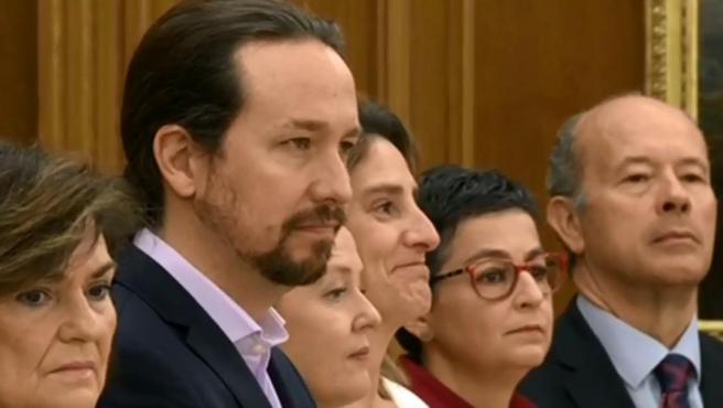 Calvo e Iglesias, junto a otros ministros, en el momento de jurar o prometer su cargo ante el rey.