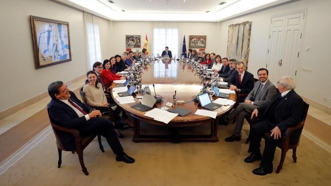 El presidente del Gobierno, Pedro Sánchez (c), preside el primer Consejo de Ministros, en el Palacio de la Moncloa.