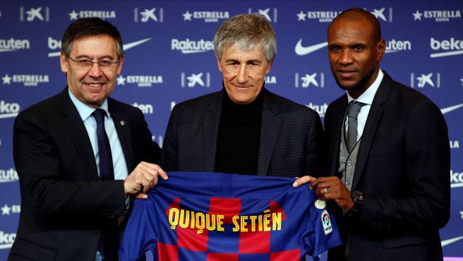 Quique Setién posa con la camiseta del Barça