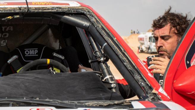 Fernando Alonso, junto a su coche del Dakar.