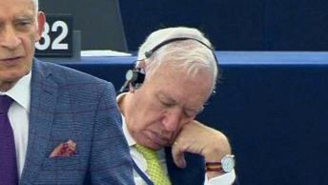 Fotografía del momento en que García Margallo se quedó dormido en el Parlamento.