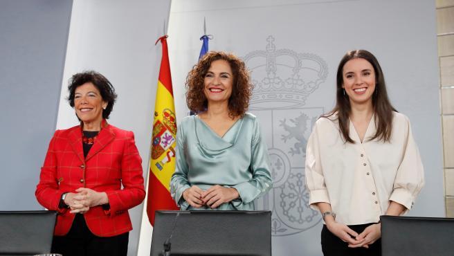 María Jesús Montero (c), Isabel Celaá (i), e Irene Montero, a su llegada a la rueda de prensa tras el Consejo de Ministros.