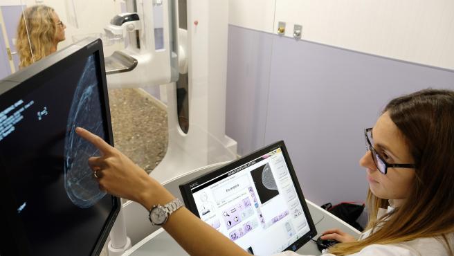 Una técnico consulta en una pantalla el resultado de una mamografía.