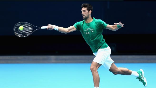 Novak Djokovic practicando para el Open de Australia.