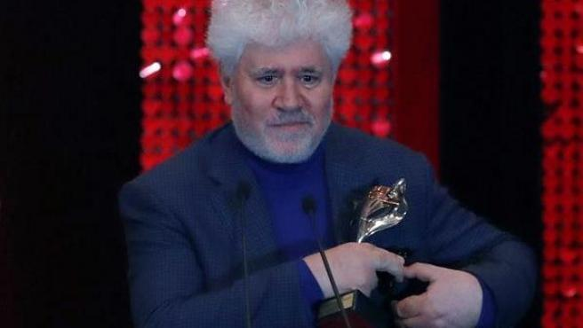 Pedro Almodóvar, tras recibir el premio Feroz 2020 al mejor guión por 'Dolor y gloria'.