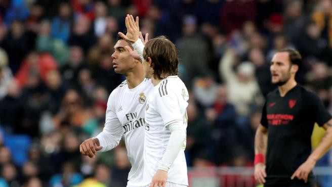 Casemiro y Modric celebran un gol del primero.