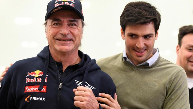 Carlos Sainz, junto a su hijo Carlos, al llegar a Madrid.