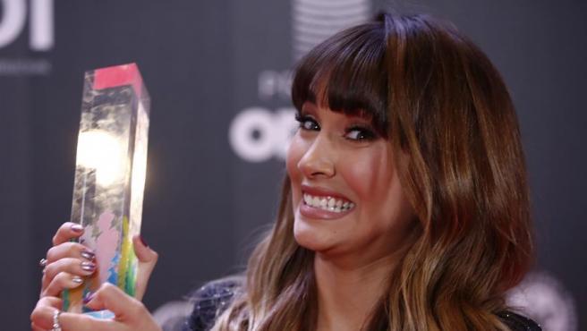 La cantante Aitana posa con el premio a la Artista Revelación 2019, en la primera edición de los Premios Odeón, organizados por la gran industria discográfica para premiar a los artistas y discos de mayor éxito del último año en España.