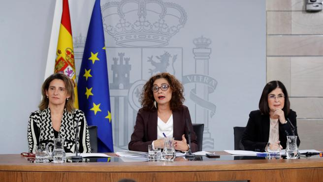 María Jesús Montero junto con Teresa Ribera y Carolina Darias en la rueda de prensa del Consejo de Ministros.