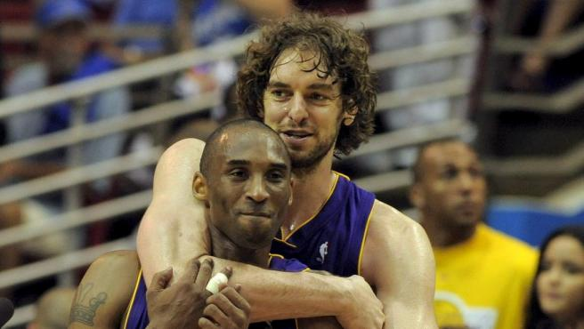 Pau Gasol abraza a quien fuera su compañero y amigo, Kobe Bryant en una imagen de archivo.