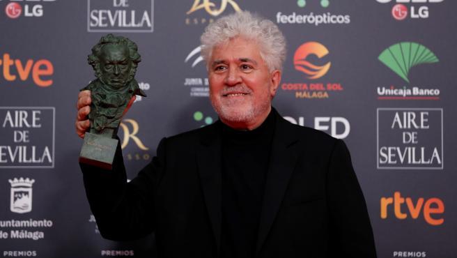 El director Pedro Almodóvar con el Goya a la mejor dirección por 'Dolor y Gloria', en Málaga.