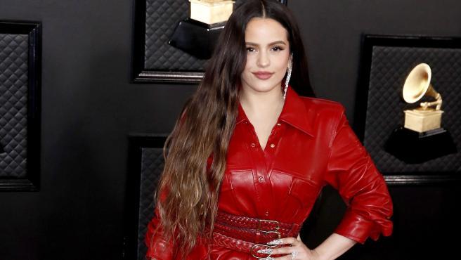 Rosalía posa con un traje rojo a su llegada a la 62ª edición de los Premios Grammy.
