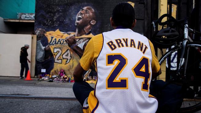 Un aficionado llora la muerte de Kobe Bryant en un accidente de helicóptero.
