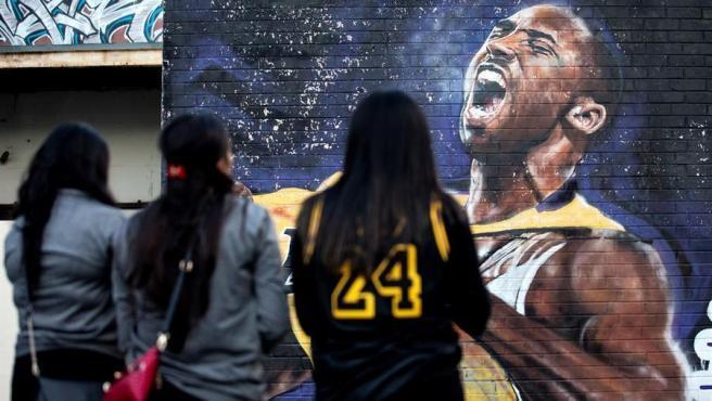 Aficionadas observan un mural de Kobe en Los Ángeles.