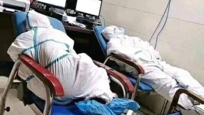 Imagen que supuestamente muestra a personal sanitario chino durante el brote de coronavirus de Wuhan.
