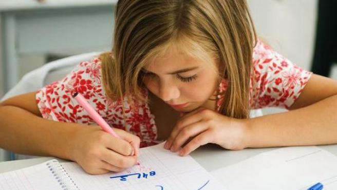 Una niña haciendo divisiones.