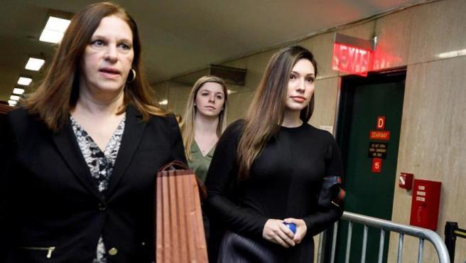 Jessica Mann (derecha), una de las tres mujeres que acusan al exproductor de cine Harvey Weinstein de violación, a su llegada a la Corte Suprema de Nueva York.