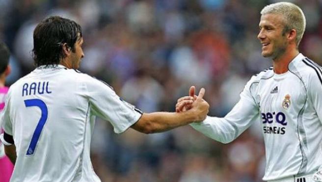 Raúl y Beckham, durante un partido.