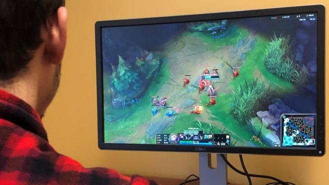 Una persona jugando al videojuego League of Legends (LoL)