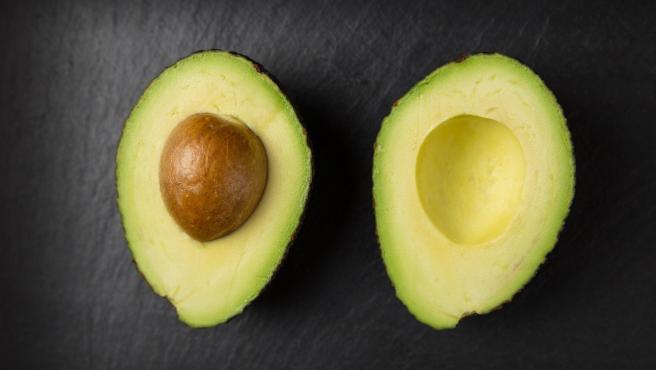 Es delicioso, muy nutritivo y además contiene cerca del 20% del ácido fólico que necesitamos consumir cada día. Solo en medio aguacate ya hay 80 mg.