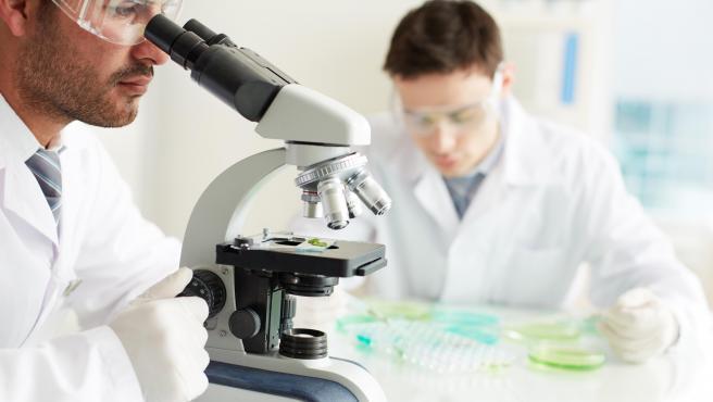 Jóvenes científicos en un laboratorio.