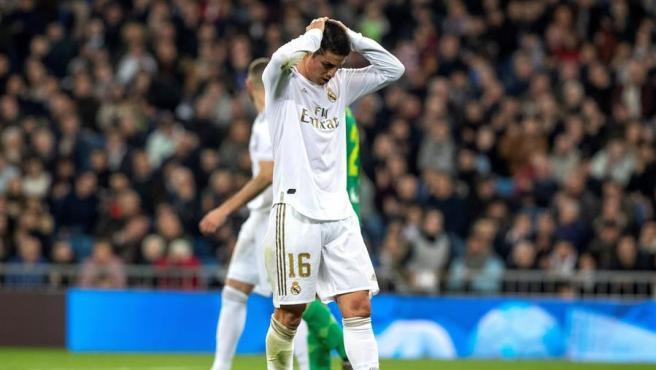 James se lamenta durante el partido ante la Real.