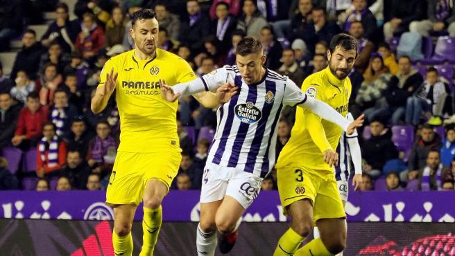 Rubén Alcaraz trata de escapar del marcaje de Iborra y Albiol