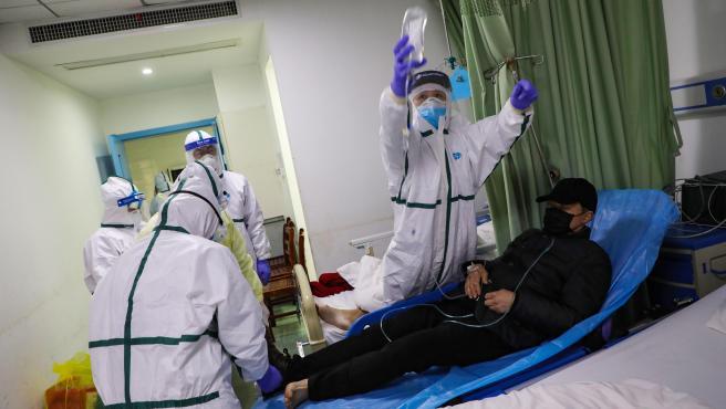 Personal médico atiende a un paciente con el coronavirus 2019-nCoV en un hospital de Wuhan, China.