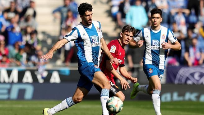 Didac Vila controla un balón ante Aridai Cabrera