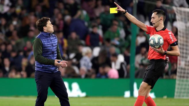El árbitro Sánchez Martínez y Rubi en el Betis - Barça.