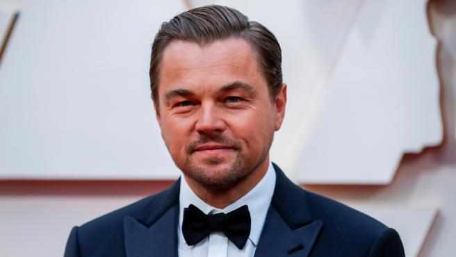 Leonardo DiCaprio posa sonriente a su llegada a la alfombra roja de la 92ª edición de los Oscar, que tiene lugar en el Teatro Dolby de Los Ángeles.