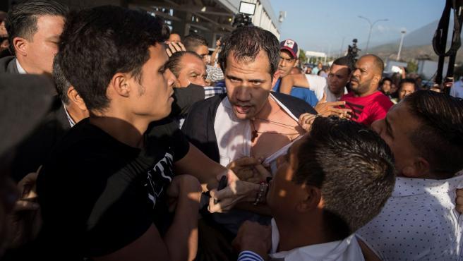 Guaidó es zarandeado poco después de aterrizar en Caracas.