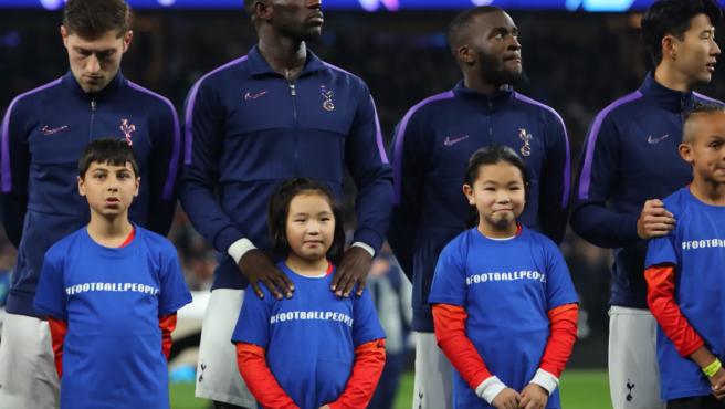 Jugadores del Tottenham junto a niños.