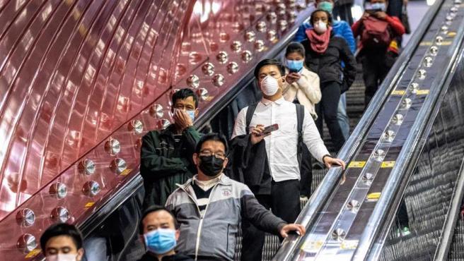 Viajeros con máscaras protectoras para prevenir el contagio del coronavirus Covid-19, en la estación central de ferrocarril de Guangzhou, China.