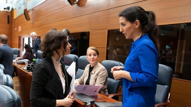 La presidenta de la Comunidad de Madrid, Isabel Díaz Ayuso, hablando este jueves con la portavoz de Vox, Rocío Monasterio, antes del pleno.