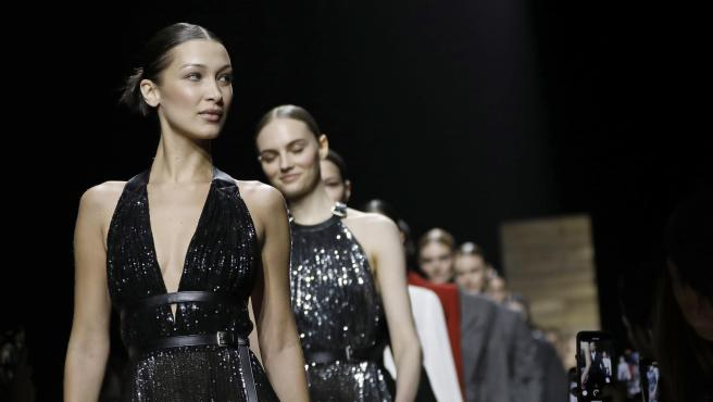 Bella Hadid desfilando para Michael Kors en la New York Fashion Week.