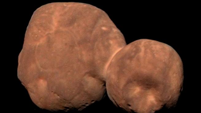 El objeto celeste Arrokoth (llamado anteriormente Ultima Thule), en una imagen compuesta y coloreada a partir de datos recopilados por la sonda New Horizons de la NASA.