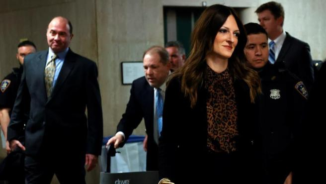 Donna Rotunno, una de las abogadas de Harvey Weinstein, llega con este a la Corte Suprema de Nueva York durante una de las sesiones del juicio al exproductor de cine.