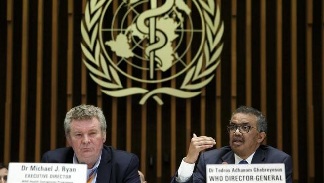El director ejecutivo de la OMS para Emergencias Sanitarias, Michael Ryan (izquierda), y el director general de la organización, Tedros Adhanom Ghebreyesus, durante una rueda de prensa en Ginebra, Suiza, sobre el coronavirus Covid-19.