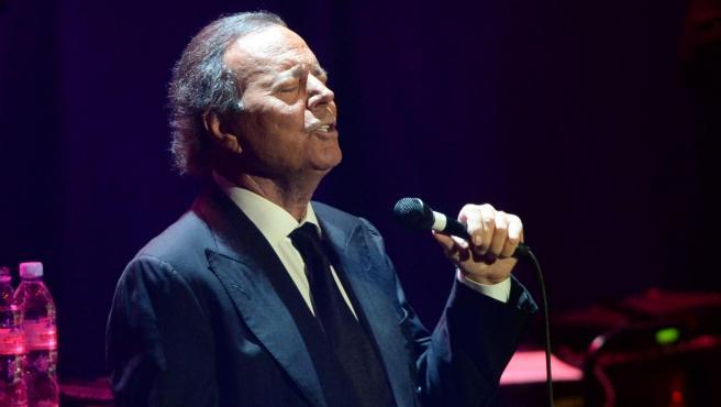 Julio Iglesias durante un concierto en una imagen de archivo.