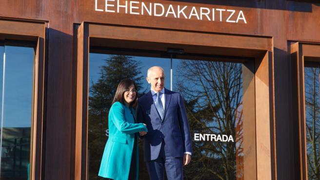 Josu Erkoreka en Vitoria con la ministra de Política Territorial,Carolina Darias.