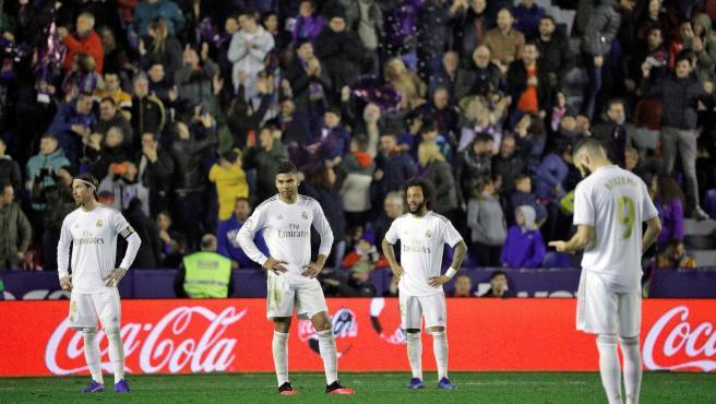 Los jugadores del Real Madrid, tras encajar el gol de Morales.