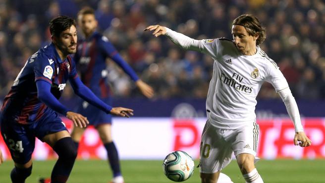 Modric encara a Campaña durante el Levante - Real Madrid.