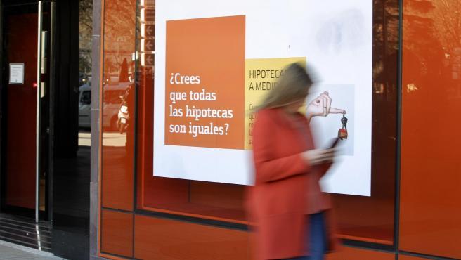 Un banco publicita sus hipotecas en una de sus sucursales en Madrid.