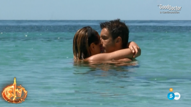 Hugo Sierra e Ivana Icardi tontean en 'Supervivientes 2020'.