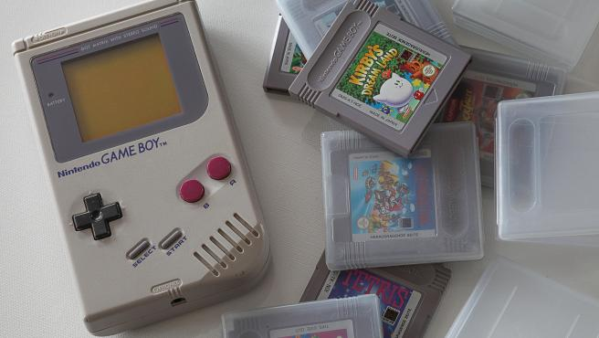 Imagen de archivo de una Game Boy con varios juegos.